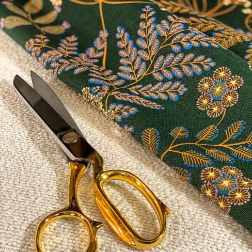 Ready to cut our great plain «bouclette» and stunning print «Phoenix» #tapissierdecorateur #savoirfaire #highquality #ulphostery #curtains #sofas #interiordesign #homedecor #prints #fabric